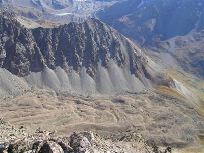 """位于康贝诺特(Combeynot)山体(上阿尔卑斯省)的瓦伦德拉路线(Vallon de la Route)上的""""化石""""石冰川(=目前整体上未见任何移动)"""