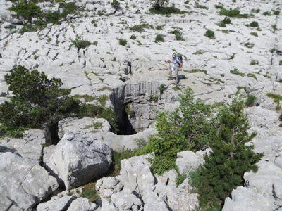 karst - Encyclopedie de l'environnement - Puits traversant le lapiaz, massif du Parmelan (Haute Savoie)
