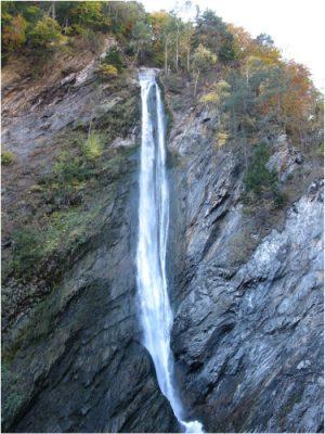 环境百科全书-拦沙坝-避开莫雷尔急流上的滑坡的洞道下游出口