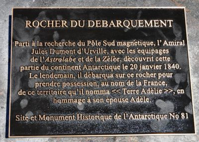 plaque commemoration decouverte antarctique - jules dumont d'urvillle - rocher du debarquement - monument historique antarctique - antarctique - encyclopedie environnement