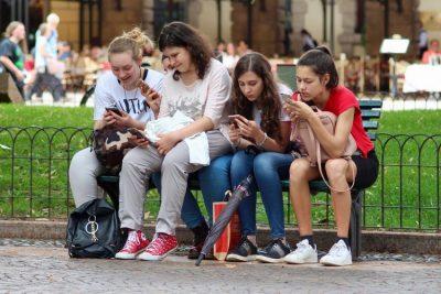 Radiofrequences jeunes téléphones mobiles